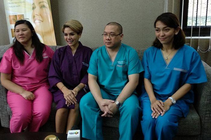 Nikita Mirzani (berbaju ungu) saat dijumpai Grid.ID di kawasan Kebayoran Lama, Jakarta Selatan, Kamis (4/5/2018). Nikita Mirzani akan menjalani tiga jenis operasi sekaligus.
