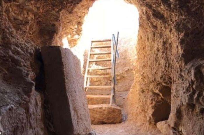 Gerbang kuno yang mengarah ke bawah tanah, tampaknya telah luput dari perhatian pasukan ISIS yang pernah menempatinya.