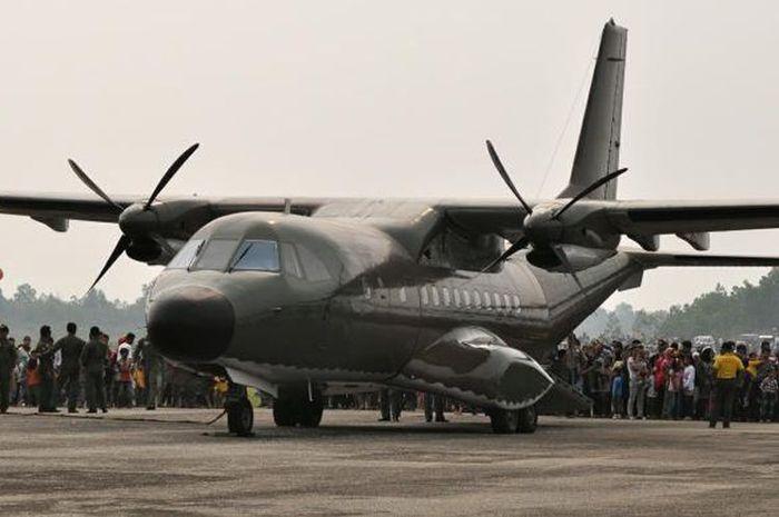 Pesawat CN-235 produksi PT Dirgantara Indonesia.