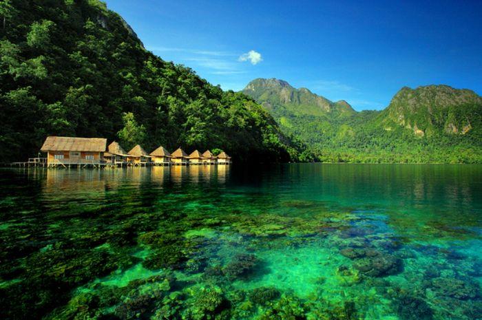 Pantai Ora di Maluku.