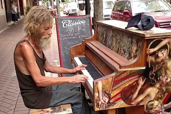 Setiap hari Donald bermain piano di tepi jalan