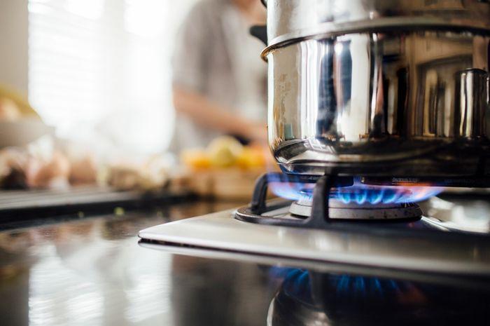 Cara menghemat gas di dapur.