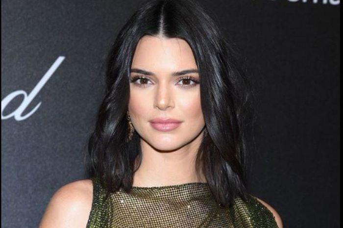 Kendall Jenner menarik perhatian publik dengan dress yang dikenakan dalam Cannes Film Festival 2018