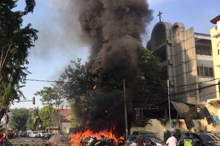 Kobaran api diduga dari bom bunuh diri di depan GKI Jl Diponegoro, Kota Surabaya, Minggu (13/5/2018)