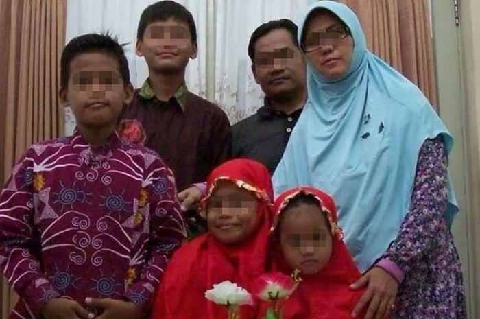 Foto keluarga terduga pelaku bom di 3 gereja di Surabaya.