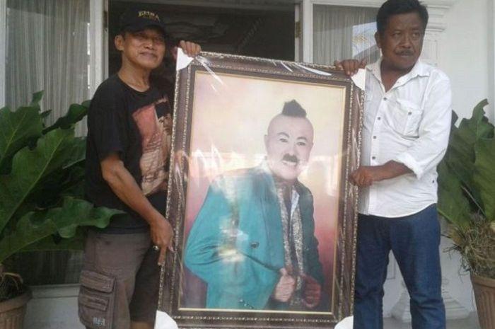 Asisten Gogon, Iteng Shahifah (kanan) membawa fofo pelawak Gogon di rumah duka di Dukuh Bukur Ireng RT 010/ 002, Desa Bendan, Kecamatan Banyudono, Boyolali, Jawa Tengah, Selasa (15/5/2018).