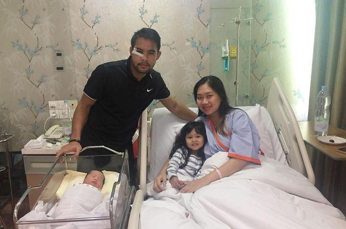 Andritany bersama keluarganya menyambut kehadiran anggota keluarga baru mereka