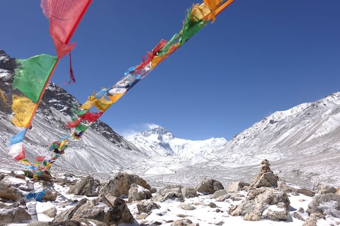 Puncak Everest di kejauhan, di balik lambaian praying flags.