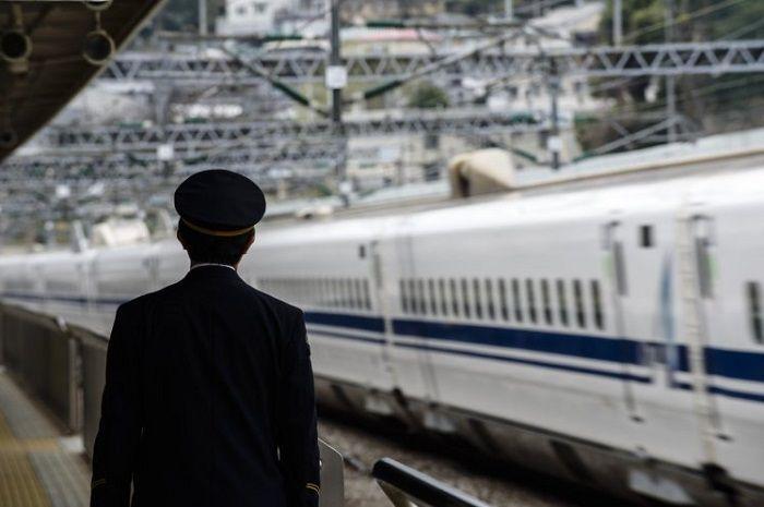 Kereta adalah salah satu moda transportasi andalan di Jepang karena waktunya yang cenderung akurat