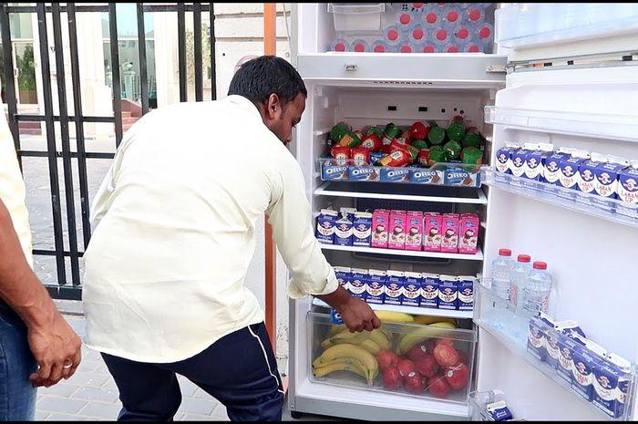 Lebih dari 100 kulkas berisi makanan dan minuman gratis tersebar di Dubai
