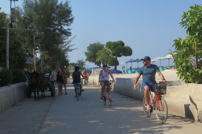 Turis Asing Bersepeda di Gili Trawangan
