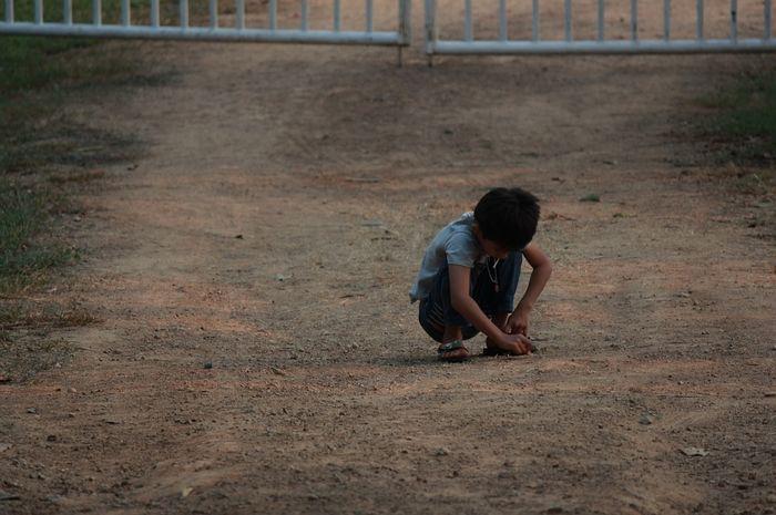 Bila si kecil senang bermain sendiri di rumah. Moms dapat membantunya bergaul dengan mengenali penyebabnya