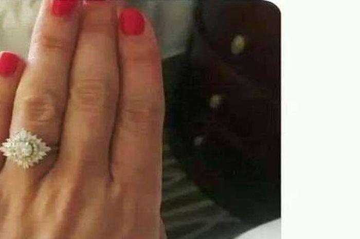 Tidak sengaja memamerkan cincin pertunangan dengan latar belakang yang mengejutkan
