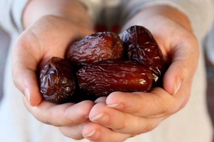 Manfaat kurma karena buah ini mengandung  zat besi, potasium, magnesium, protein, serat, kalsium dan vitamin.