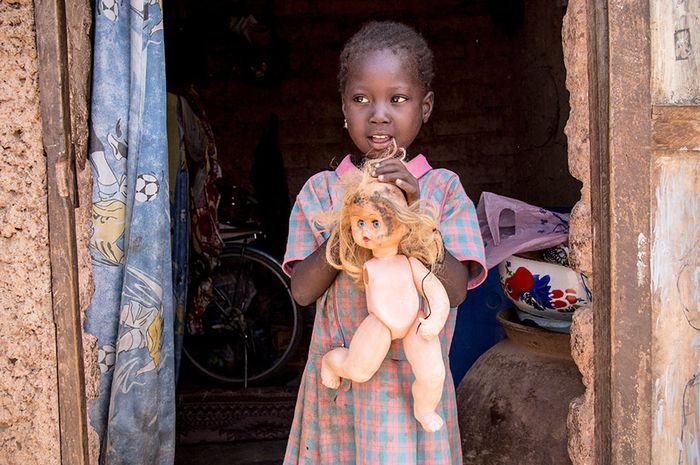 potret anak dengan mainan favoritnya