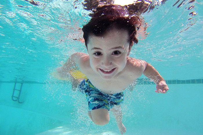 Manfaat melakukan gaya dada dan gaya kata saat berenang.