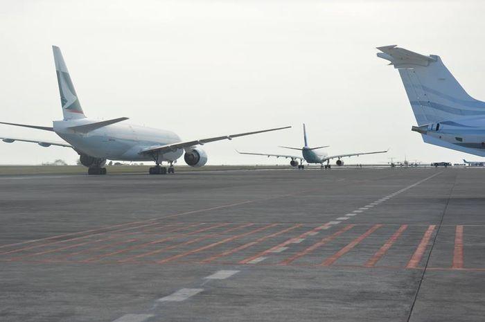 Pesawat penumpang di Bandara Bali