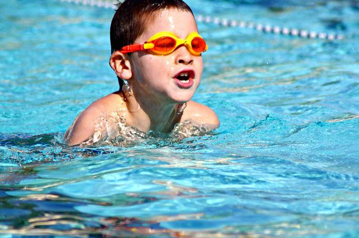 Berenang merupakan salah satu olahraga yang paling baik.