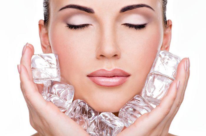 Murah Moms, gunakan es batu untuk merawat wajah!