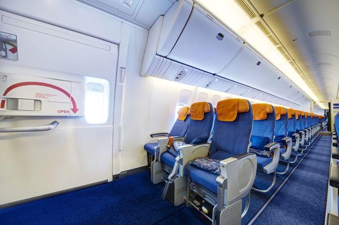 Ilustrasi pintu darurat di dalam pesawat