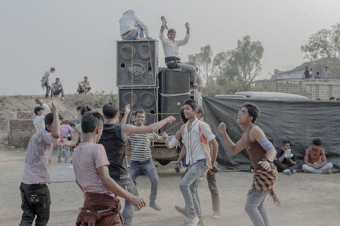 Saat piknik, warga India akan bermain dan menari hingga kelelahan.
