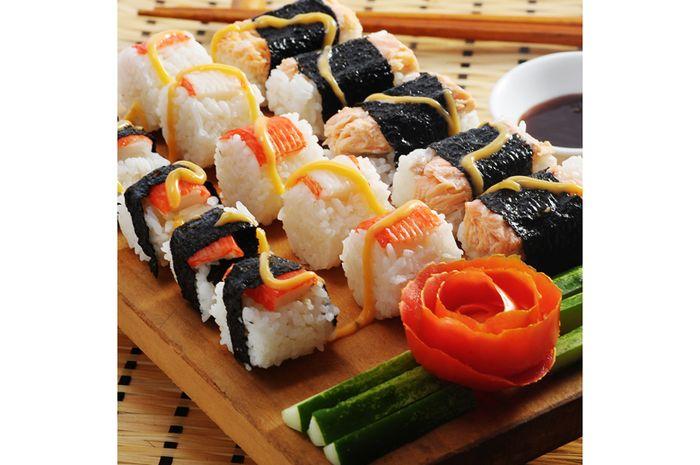 Membuat sendiri sushi untuk berbuka puasa.