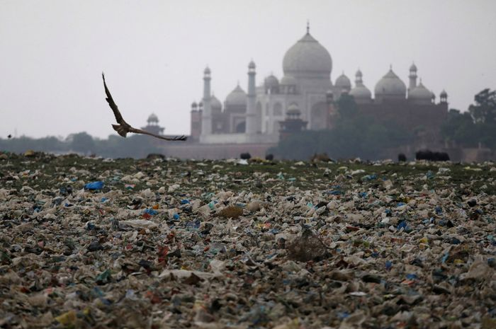 Ratusan sampah di sungai Yamuna, India, yang berlokasi dekat Taj Mahal.