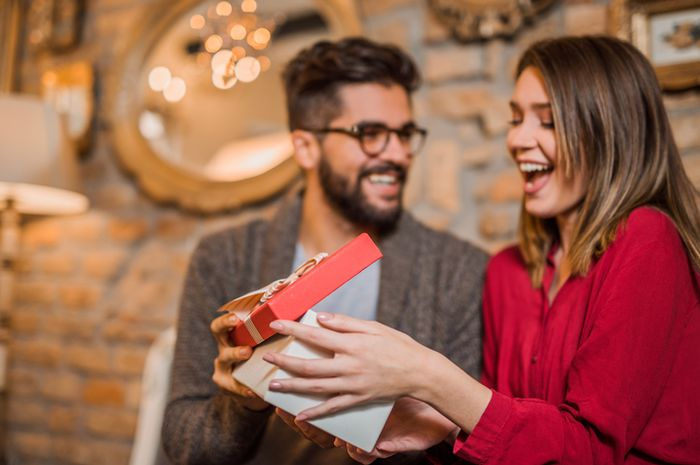 7 Tanda Pasangan Kita Sedang Tertarik dengan Wanita Lain