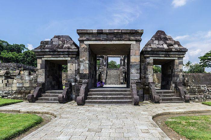 Tak jauh dari Prambanan, ada sebuah istana luas bernama Istana Ratu Boko.