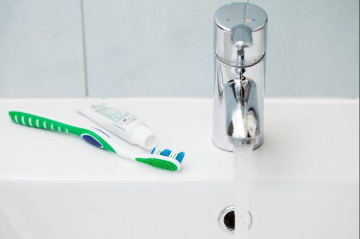 Meletakkan perlengkapan mandi di kamar mandi hotel.