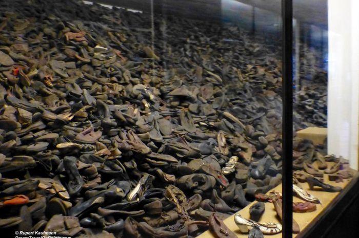 Sepatu para penghuni kamp konsentrasi yang dibunuh, jumlahnya ribuan.