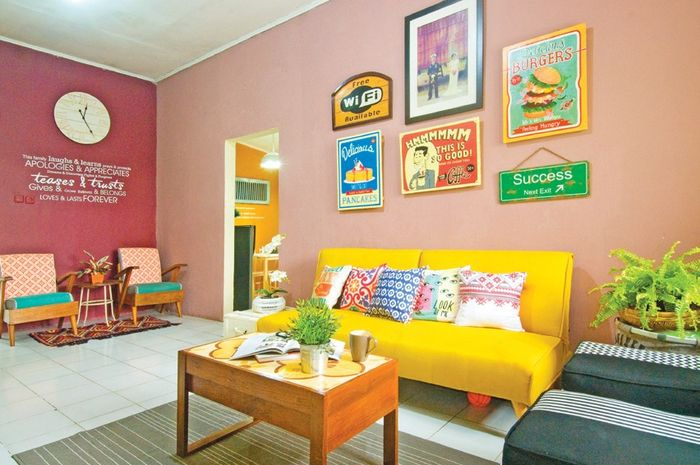 Ruang keluarga yang nyaman dan rapi membuat tamu yang hadir dan anggota keluarga senang