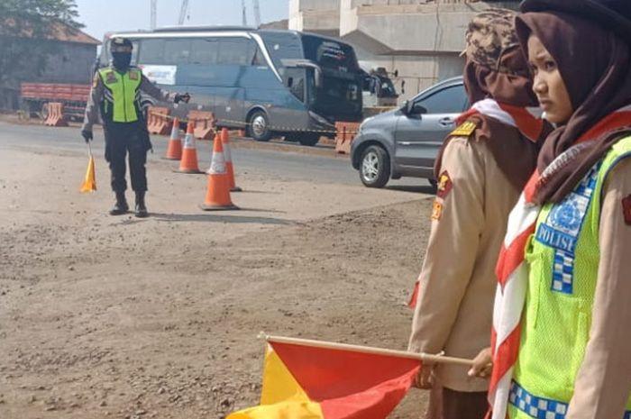 Pramuka Saka Bhayangkara ikutan bantu atur lalu lintas di jalur mudik