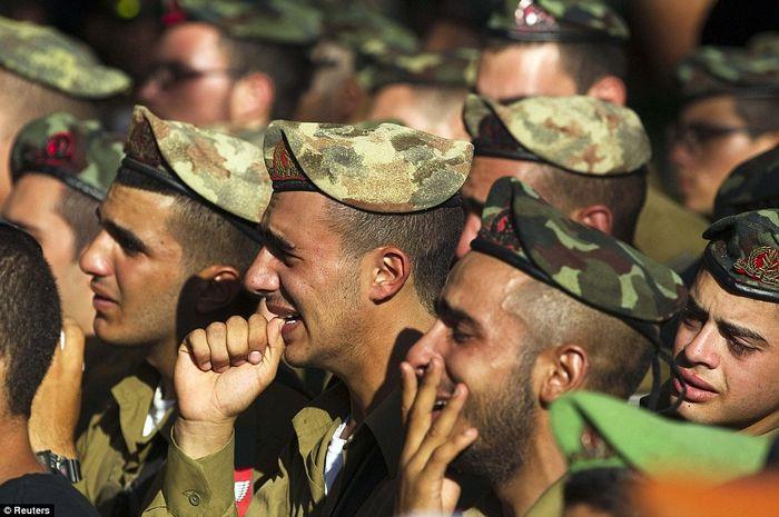 Tentara Israel menangis