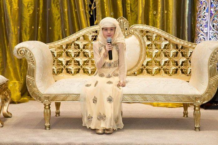 Maariya membaca Al-Qur'an ketika upacara perayaan dirinya