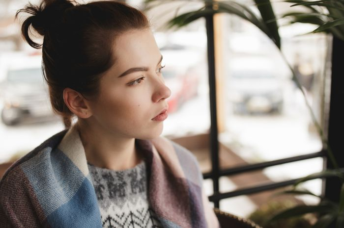 Ini 8 Alasan kenapa cewek pemikir susah jatuh cinta