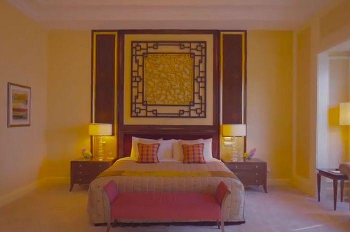 ranjang empuk siap dengan sprei bersih dan lampu tidur di kedua sisinya