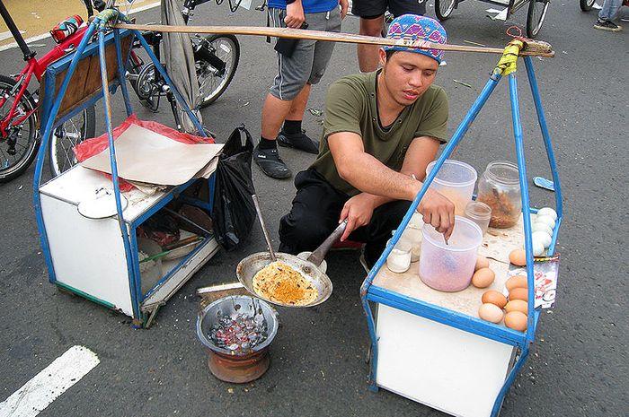 Penjual kerak telor di Jakarta.