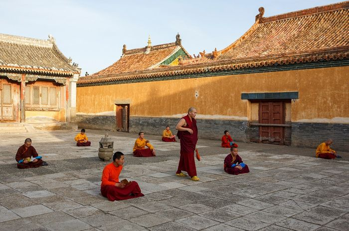 Biksu senior mengajari para biksu muda.