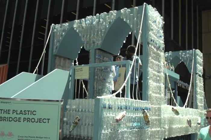 Replika jembatan Brooklyn yang dibuat dari botol plastik.