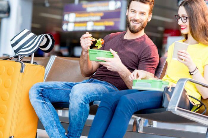 Dari Fast Food Sampai Kopi, Ini 5 Makanan yang Harus Dihindari Saat Naik Pesawat