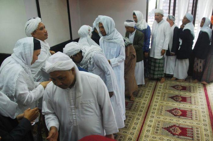 Sejumlah jemaah tarekat Naqsyabandiyah Al-Kholidiyah melaksanakan halal bi halal usai Shalat Ied, di Kampung Pasir Jawa, Loji, Kabupaten Bogor, Rabu (13/6).