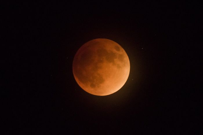 Gerhana Bulan terjadi saat Matahari, Bumi, dan Bulan berada sejajar.