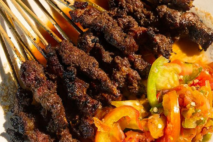 Sate maranggi dari Purwakarta disajikan dengan sambal kecap. Dimakan dengan  nasi.