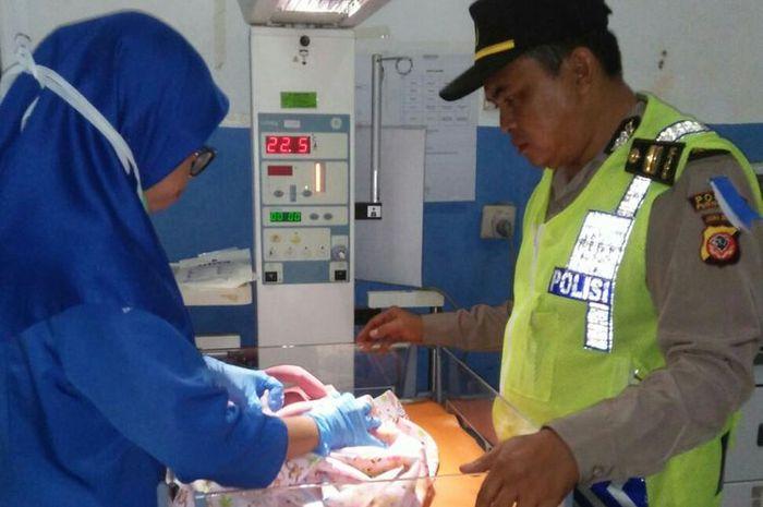 Iptu Kuswari sigap membantu seorang wanita melahirkan di tol Purbaleunyi