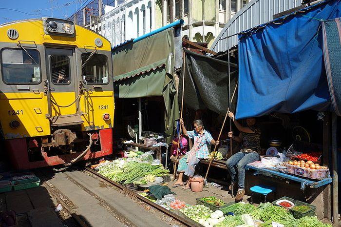 Pasar Maeklong merupakan pasar tradisional paling berbahaya di Thailand.