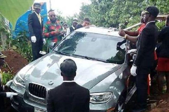 Pemakaman dengan mobil BMW sebagai petinya.