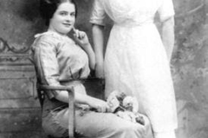 Gilnagh (duduk) dan kakaknya