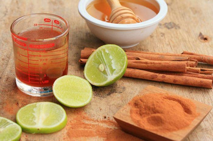 Campuran jus lemon, madu, kayu manis dan sedkit baking soda dapat menjadi obat kumur pengusir bau mulut.