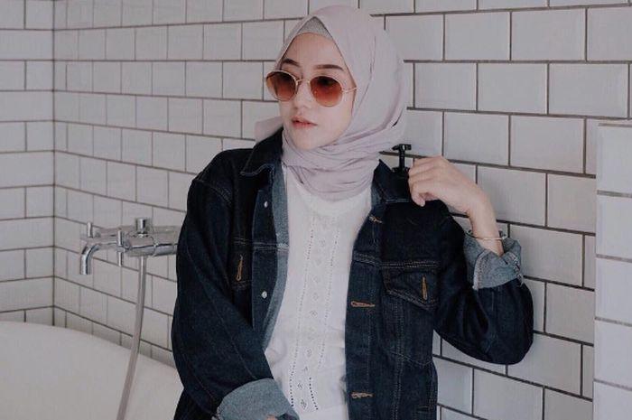 3 Pilihan Fashion Hijab dengan Jaket Jeans ala Selebgram ...